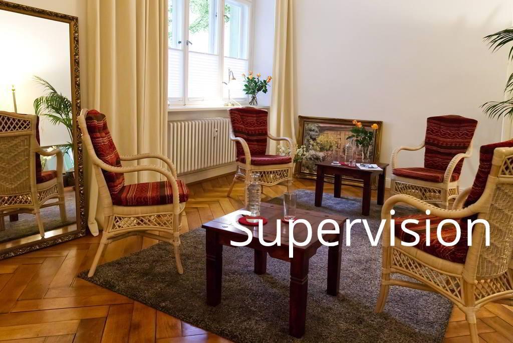 Vier Stühle stehen im Beratungsraum der Praxis Prof. Dr. Anne Grohn für die Supervision bereit.